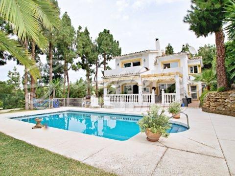 Wunderschöne, komplett renovierte Familienvilla, 263 m² im Herzen von Calahonda, eingebettet am Ende einer Privatstraße, die zu nur 3 Häusern führt. Der Strand, die Annehmlichkeiten und das Siesta Golf Clubhaus sind zu Fuß erreichbar.