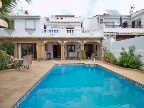 Very spacious, 237m2, and unique townhouse, with independent guest house, own pool and private garden in the center of Fuengirola, with all amenities by the doorstep, and yet very quiet.