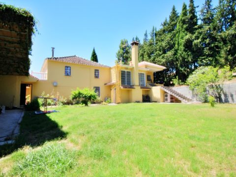 3293 m2 finca with a lot of charm in a very quiet area and just 5 minutes drive from the center of Coin.