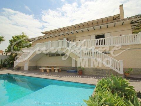Wunderschöne und moderne Villa von 460 Metern mit Panoramablick und 400 m2 großes Grundstück auf dem ein weiteres Haus bauen koennte, nur 10 Minuten vom Flughafen Malaga entfernt.