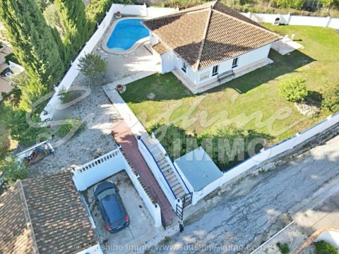 Single level bungalow of 103m2, with 2 independent studios of 27m2 each, set on an elevated flat plot of 866m2, in a popular urbanization only a short drive from Coín, offering beautiful views over the Guadalhorce Valley.