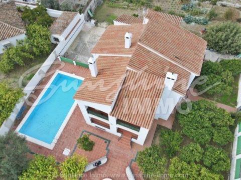 Schöne Villa mit 2 individuellen Apartments, in der Nähe aller Annehmlichkeiten und nur wenige Minuten vom Sportzentrum und dem Einkaufszentrum La Trocha entfernt.