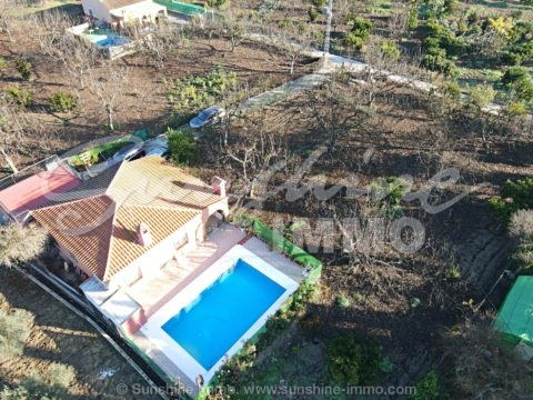 Charming, south facing finca, 110m2, set on a flat fenced plot of 1665m2, near Rio Grande, only a short drive from Coín with all amenities.