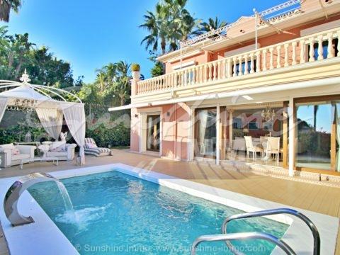 Villa de lujo de estilo veneciano con 4 dormitorios, 471m2, con un toque de glamour, en el corazón de Nagüeles, con vistas al mar, a poca distancia en coche de la playa y la Milla de Oro.