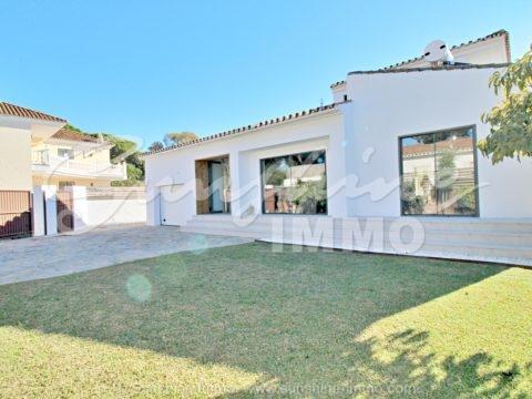 Villa de estilo escandinavo junto a la playa COMPLETAMENTE REFORMADA, 383m2, en Las Chapas, Marbella Este, situada en una pequeña calle sin salida, a solo 400 metros de una de las mejores playas de la Costa del Sol, con piscina cubierta climatizada, spa, jacuzzi, gimnasio y cine.