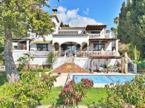 Traditional Andalusian villa, 250m2, in the sought after, urbanization Sierrezuela, close to shops, amenities and the beach.