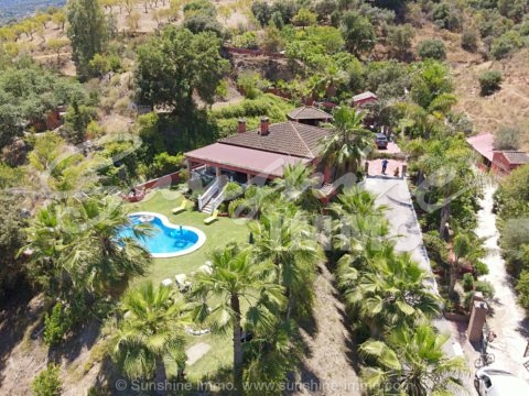 In the middle of nature is this charming, wonderful partially furnished 5 bedroom country house 236m2 with a small guest house, surrounded by palm trees, fruit trees and absolute tranquility.