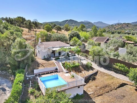 Stunning views from this 2 bedroom house which sits on a 3200 m2 plot in Monda 2 min from the main lane.