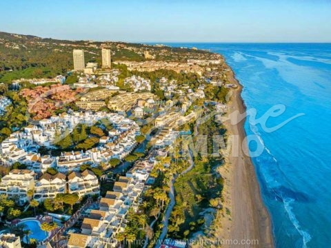 Stunning 289 m2 apartment with 3 bedrooms in the White Pearl Beach residential complex in Marbella just a few minutes walk from the beach.