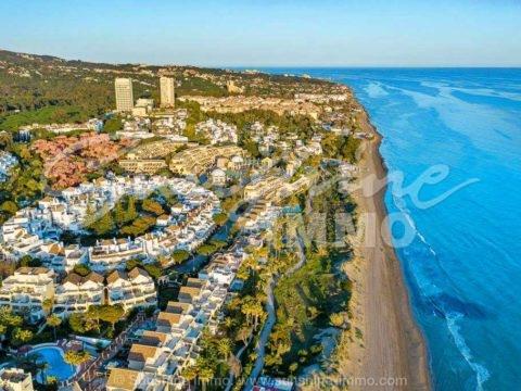 Wunderschöne 289 m2 große Wohnung mit 3 Schlafzimmern in der Wohnanlage White Pearl Beach in Marbella, nur wenige Gehminuten vom Strand entfernt.