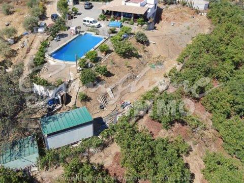 Wunderbare Aussicht auf die Berge,bietet diese sehr , sehr schöne Landhaus auf einem kleinen Hügel in Guaro mit ca 400 Avocado Bäume mit einer Rendite bis zu 25.000 € im Jahr .