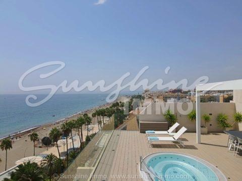 Lujo - Apartamento ático de 164 m2 en primera línea de playa en el corazón de Estepona, la nueva y próxima ciudad de moda a solo 20 minutos en coche al este de Marbella.