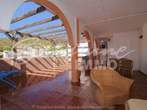 Charmantes 270 m2 großes Stadthaus in Tolox mit einer ländlichen Beherbergungslizenz und einem ungefähren Gewinn von 1.800 € pro Woche.