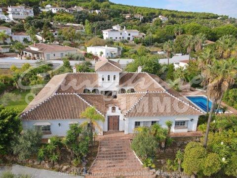 Villa Amandos ist ein einzigartiges Anwesen mit 635 m2 Wohnfläche und befindet sich in der Urbanisation San Jorge mit beeindruckendem Blick auf die Berge