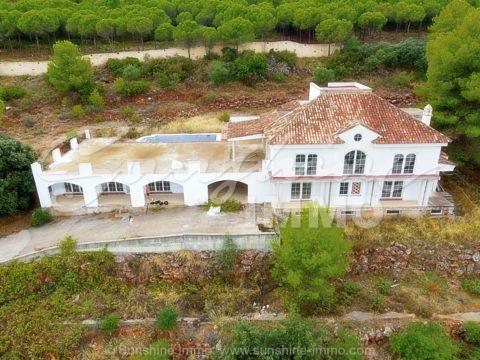 Eine fantastische Investitionsmöglichkeit, um eine prächtige 1000 m2 Villa mit Blick auf die Bucht von Malaga und das Guadalhorce-Tal zu kaufen. Die Villa befindet sich in einer gehobenen Wohnanlage in Alhaurin El Grande und befindet sich auf einem der höchsten Grundstücke mit atemberaubender Aussicht.