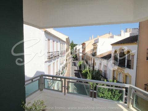170 m² große Wohnung mit 4 Schlafzimmern im Herzen von Coin, in der Nähe aller Annehmlichkeiten wie Restaurants, Cafés, Geschäfte und Banken.